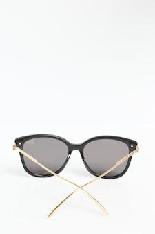 Современные модные очки на белом фоне