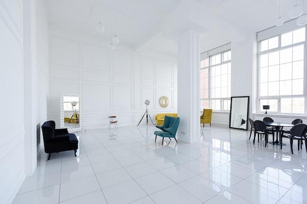 黒と黄色の家具を備えた広々とした白いホールのモダンでファッショナブルな未来的なインテリアデザイン