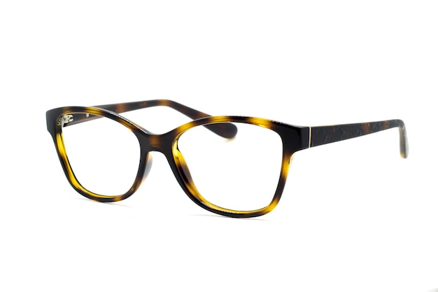 白い背景で隔離のモダンなファッショナブルな眼鏡