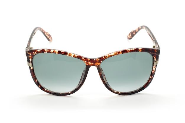 Современные модные солнцезащитные очки, изолированные на белом фоне, очки