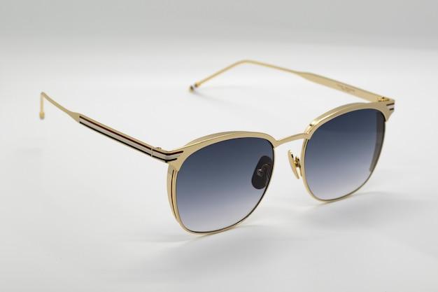 Современные модные солнцезащитные очки на белом фоне, очки