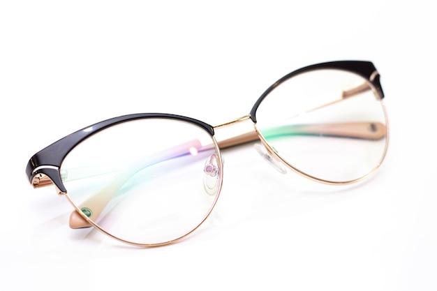 시력을위한 현대 유행 여자의 유리. 밝은 배경에 안경입니다.