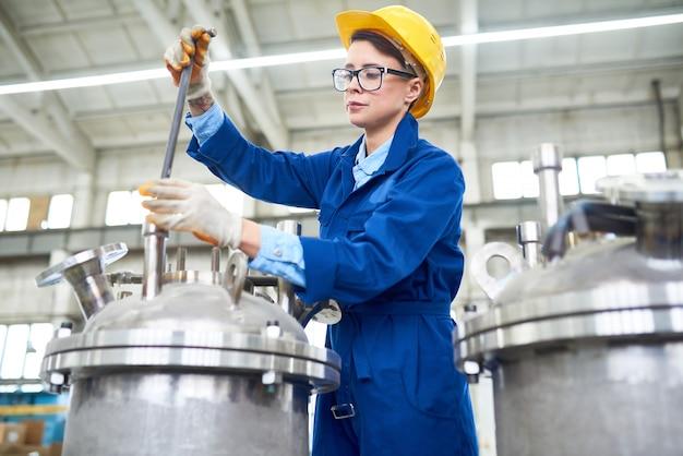 현대 여성 공장 노동자