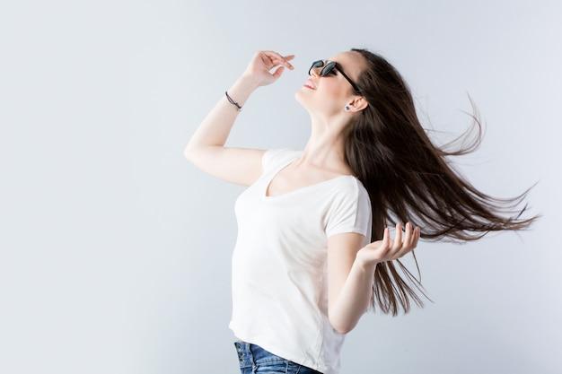 Современные женские волосы на ветру