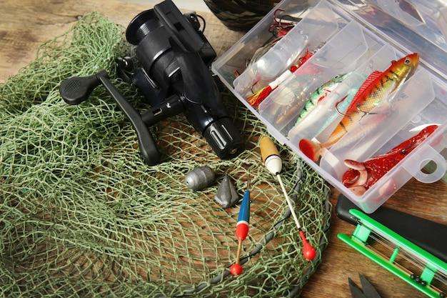 Современное рыболовное снаряжение на столе