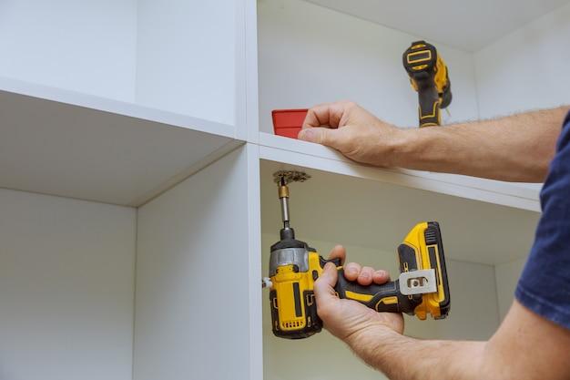 Современная регулировка петель дверцы шкафа на кухонных шкафах