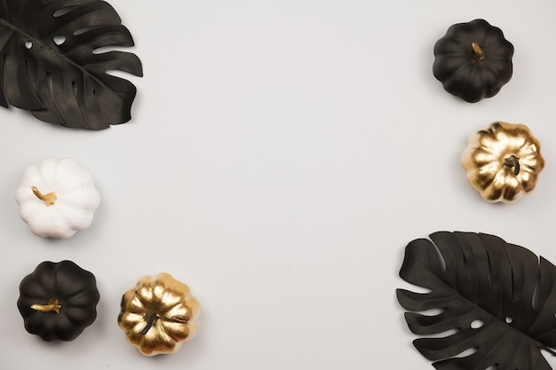 黒と金のハロウィーンのカボチャとモダンなフラットレイ