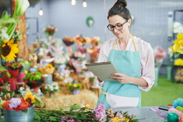 Современный флорист в магазине