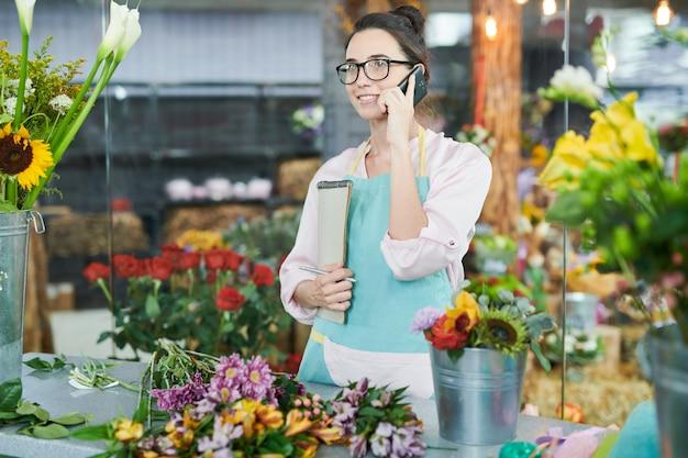 Современный флорист говорит по телефону
