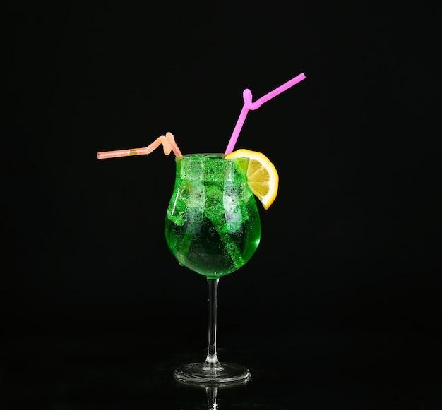 Современный свежий коктейль на черном