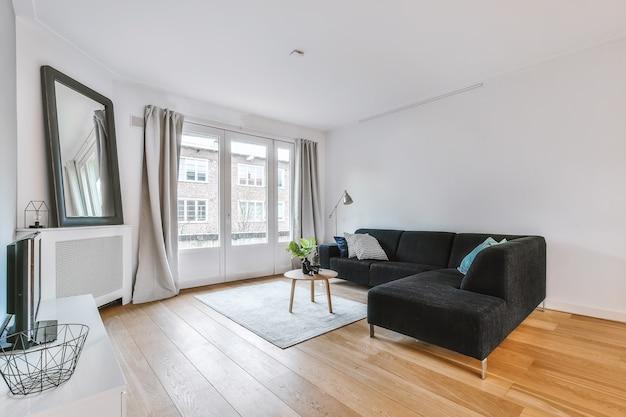 Современная мебель в светлой гостиной