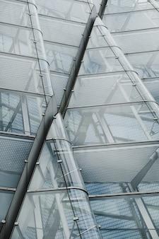 Un colpo di angolo basso di architettura di vetro moderna