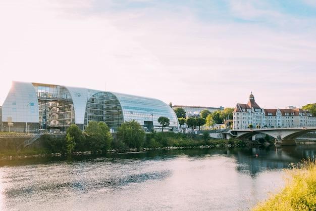 현대적인 유리 건물과 아름다운 운하 옆의 오래된 건물