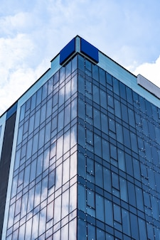 푸른 하늘과 구름과 현대 유리 건물 건축