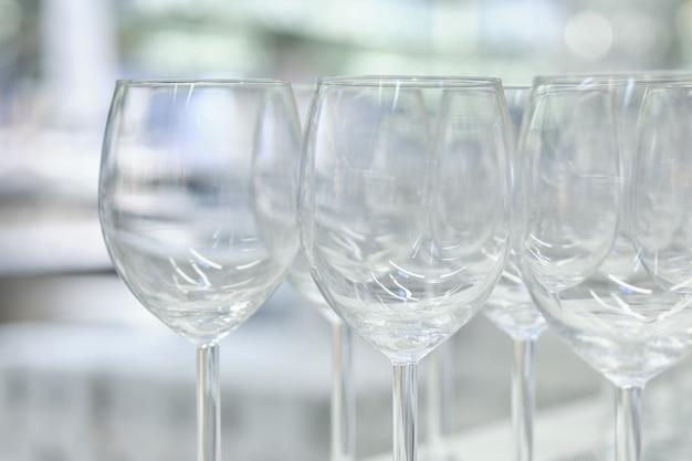 近くに立っているモダンなガラスのゴブレット。