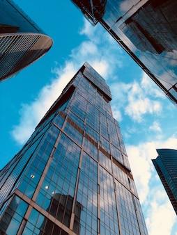 하늘을 배경으로 현대 유리 모스크바 시 고층 빌딩