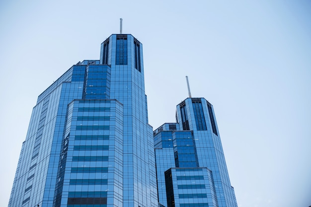 Современный стеклянный небоскреб