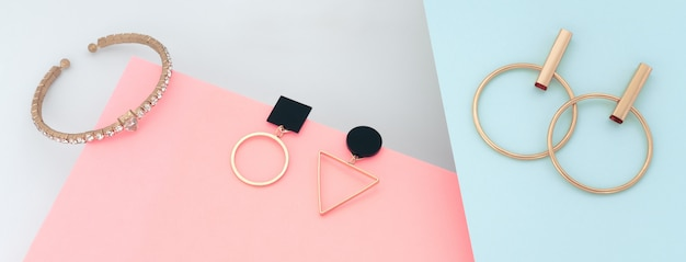 Современные золотые украшения на синем и розовом фоне