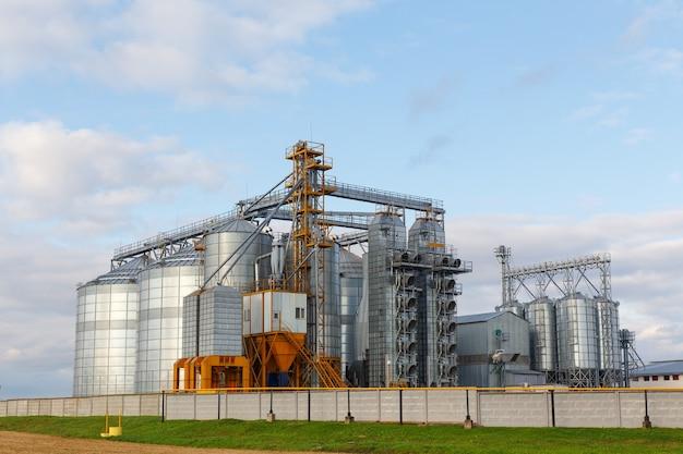 現代の穀倉エレベーターと種子洗浄ライン。