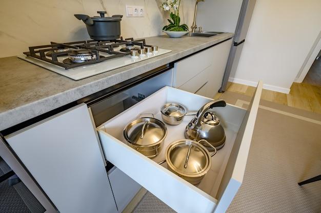 モダンなグレーと白のキッチンインテリア