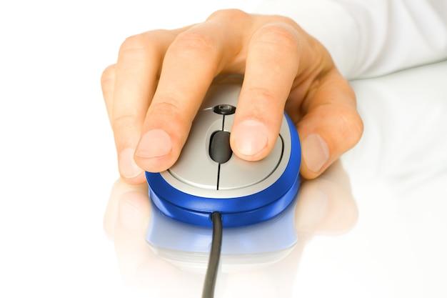 Современная зеленая компьютерная мышь с рукой