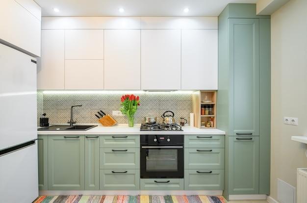 Современная зеленая кухня, интерьер, мебель, вид спереди