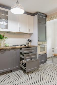 モダンなグレーと白の木製キッチンインテリア