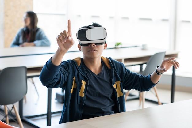 새로운 가상 현실 앱을 테스트하는 현대인