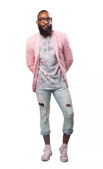 ピンクのジャケット付きのモダンな男