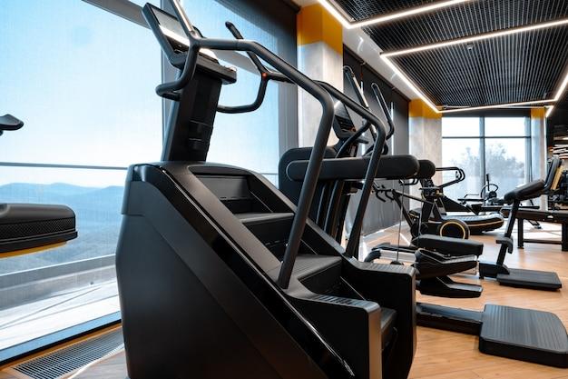 새로운 피트니스 장비를 갖춘 현대적인 체육관 인테리어