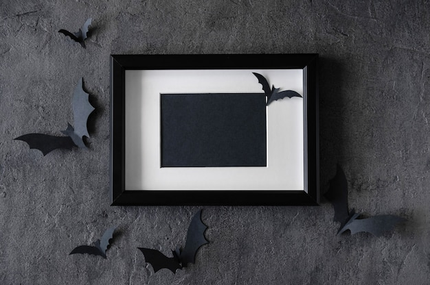 Современный фон хэллоуина с летучими мышами и черной рамкой на темном фоне