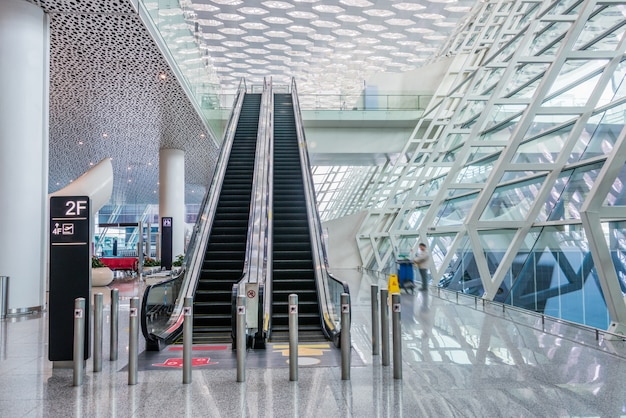 現代の空港または地下鉄の廊下