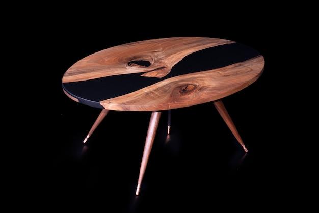 クルミの木から作られたモダンな手作りのテーブル