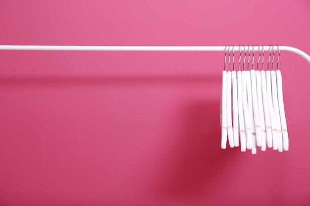 분홍색 벽 배경에 현대적인 옷걸이