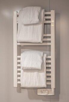 在卫生间墙壁上的现代加热的毛巾铁轨。