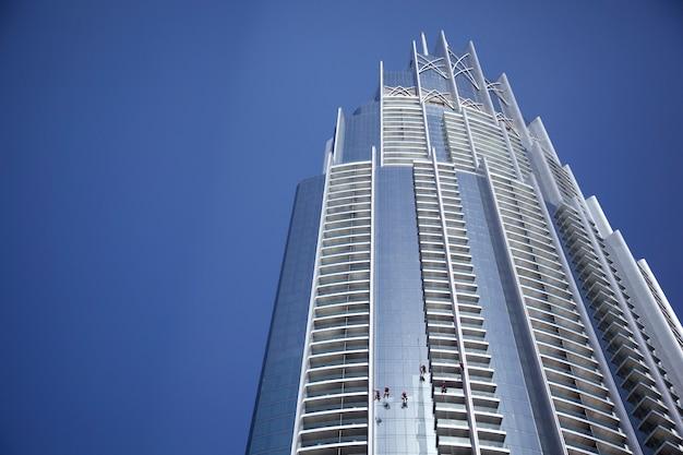 青い空と近代的な高層ビル