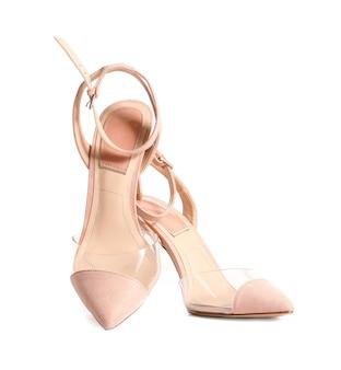 Современные туфли на высоком каблуке на белом