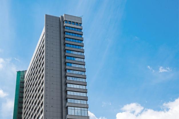 하늘을 유리로 만든 현대적인 고층 빌딩