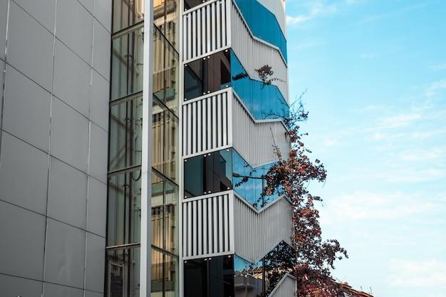 Современные высотные дома на фоне голубого неба. красивые постройки, современный дизайн дома.