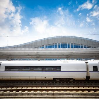 モーションブラー効果を持つ鉄道駅での近代的な高速列車