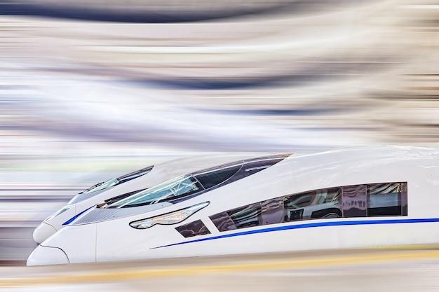 Современный скоростной поезд на вокзале.