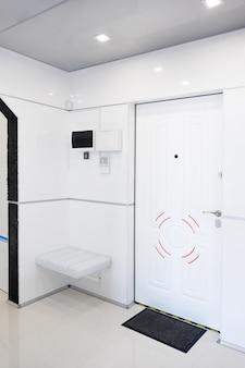 Современный интерьер дома прихожей. белые пластичные панели и плитка. футуристический дизайн интерьера. космический корабль дома.