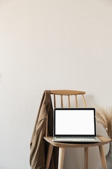 シャツとパンパスグラスが付いた木製の椅子を備えたモダンな家のインテリアデザイン。