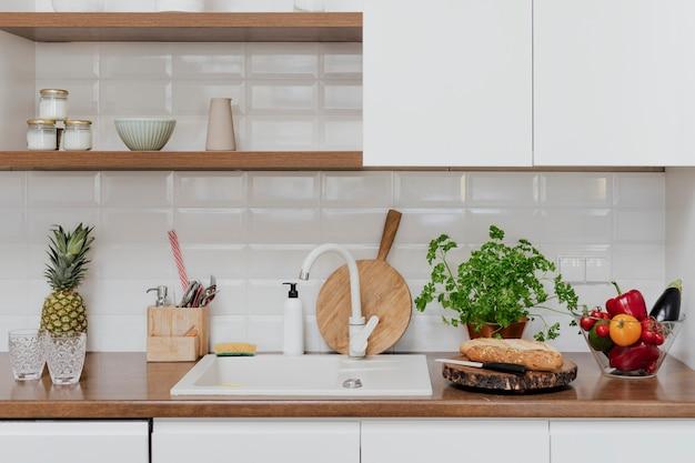 도마가 있는 현대적인 홈 주방 장식