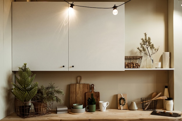 현대 가정 부엌 인테리어 개념입니다. 전나무 가지, 나무 도마, 접시, 호두 바구니, 식기.