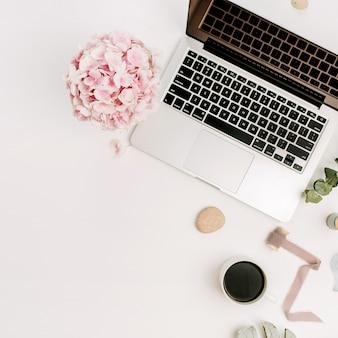 Современное рабочее пространство домашнего офиса стола с компьтер-книжкой и заводами и аксессуарами на белой поверхности. плоская планировка, вид сверху