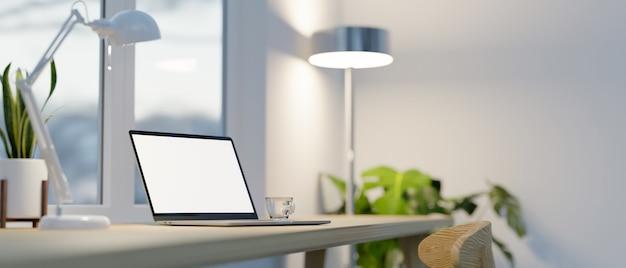 Современный домашний офис с ноутбуком, макет настольной лампы, комнатные растения на столе, 3d-рендеринг