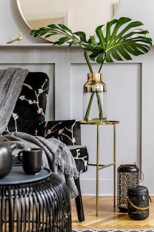 Современная домашняя сцена с дизайнерским креслом и элегантными личными аксессуарами в стильной гостиной