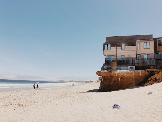 海岸の崖の上にあるモダンな家。観光地。丘の上に海の景色を望む家。