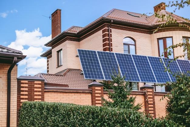 Современный дом с установленными солнечными батареями
